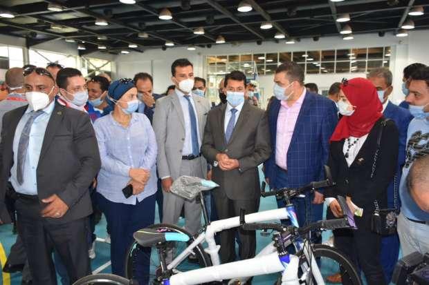 صور.. وزير الرياضة يسلم الدراجات المدعومةضمن مبادرة