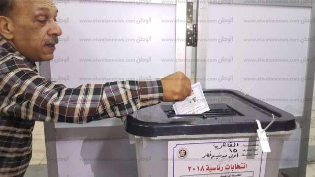 بالصور| الفنان سمير كامل يدلي بصوته في الجامعة العمالية