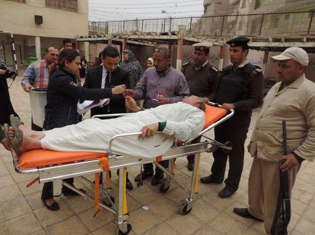 سيارة شرطة تنقل مسن مريض بالقلب للإدلاء بصوته في الانتخابات بالفيوم