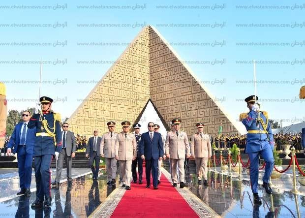 """السيسي يضع الزهور على نصب """"الجندي المجهول"""" وقبري السادات وعبدالناصر"""