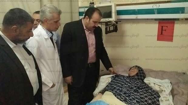 """وكيل """"صحة الشرقية"""" يطمئن على سيدة مصابة بسمنة مفرطة بمستشفى الأحرار"""
