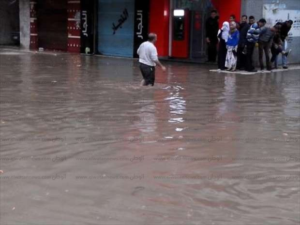 بالصور| قوات الحماية المدنية بالبحيرة تحاول السيطرة على غرق الشوارع بكفر الدوار