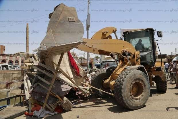 بالصور| محافظ قنا يقود حملة مكبرة لإزالة إشغالات الباعة الجائلين