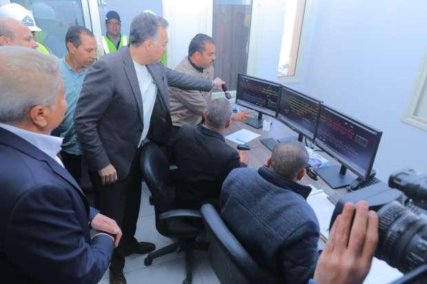 بالصور  وزير النقل يتابع التشغيل التجريبي لكهربة إشارات سكك حديد مغاغة