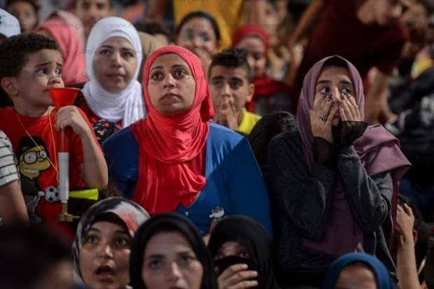 الجماهير المصرية تتابع مباراة مصر وروسيا