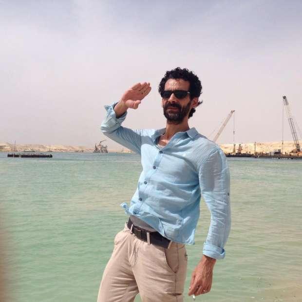 بالصور| محمود فارس.. فنان شاب ترك التمثيل ليشارك في حفر قناة السويس الجديدة