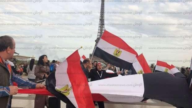 بالصور| بعلم طول 10 أمتار.. الجالية المصرية بفرنسا تحتفل بفوز السيسي