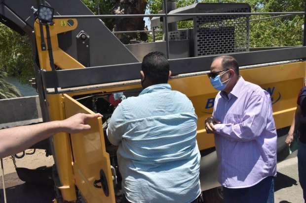 دخول معدات جديدة الخدمة لكنس وشفط الأتربة من جانبى الطرق بأسيوط