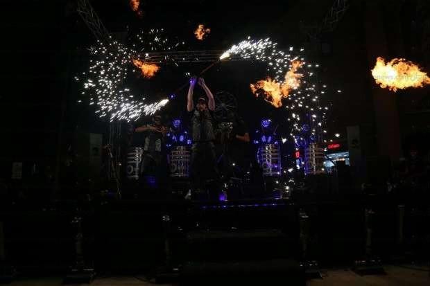 بالصور| أحمد عصام يشعل حفل افتتاح أحد المحلات الكبرى بالألعاب النارية