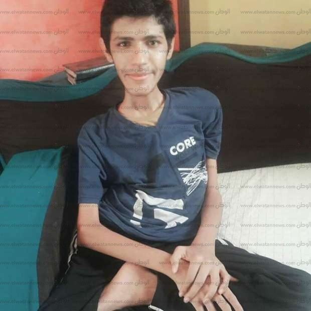 """حصل على 97% بالثانوية.. """"علاء السيد"""" تحدى ضمور العضلات وحقق التفوق"""