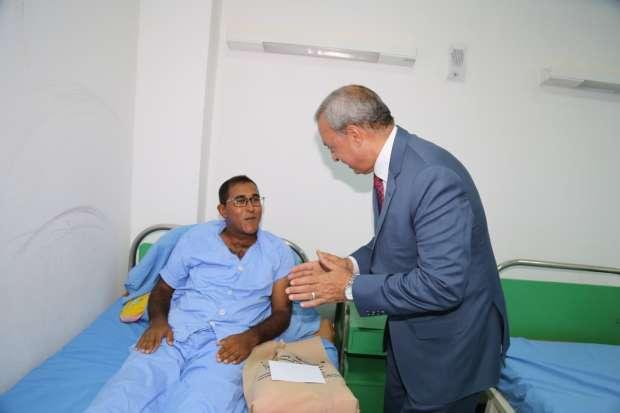 بالصور| محافظ قنا يشارك المرضى والأيتام في الاحتفال بعيد الأضحى