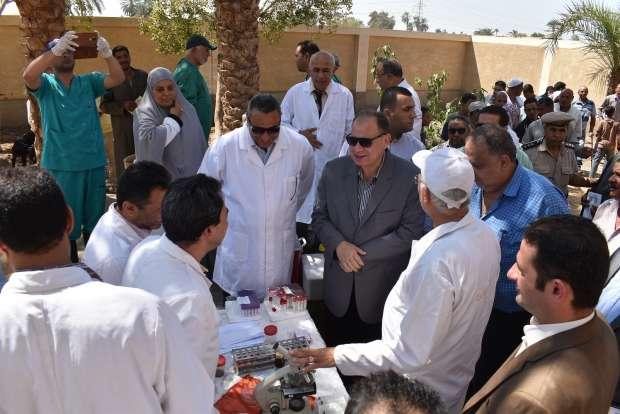 محافظ الفيوم يكرّم فريق عمل الحملة القومية للقوافل البيطرية