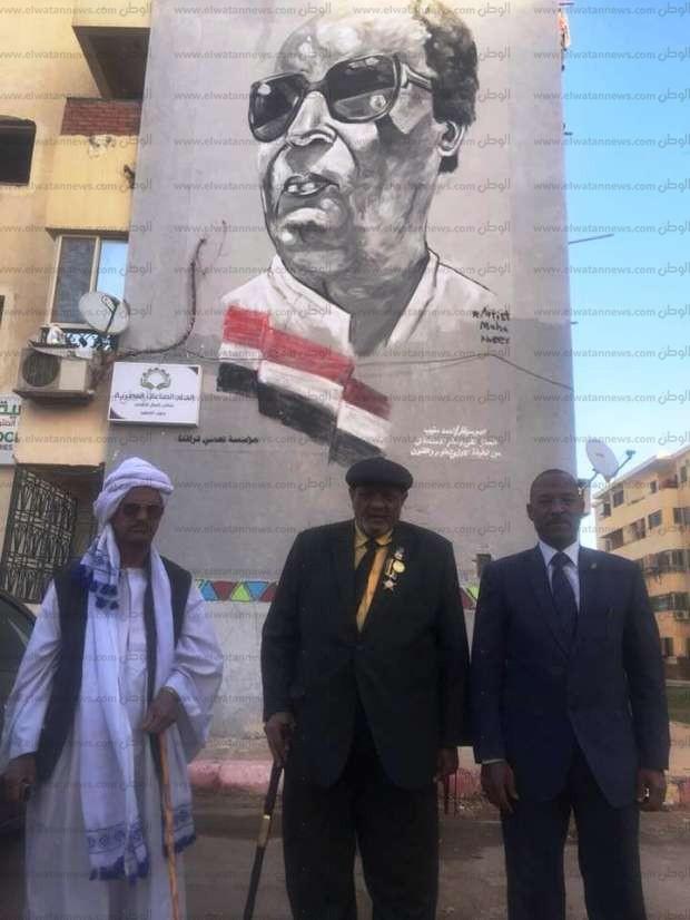 """صاحب """"شفرة أكتوبر"""" يتفقد جرافيتي له بأطلس ويزور متحف النيل في أسوان"""