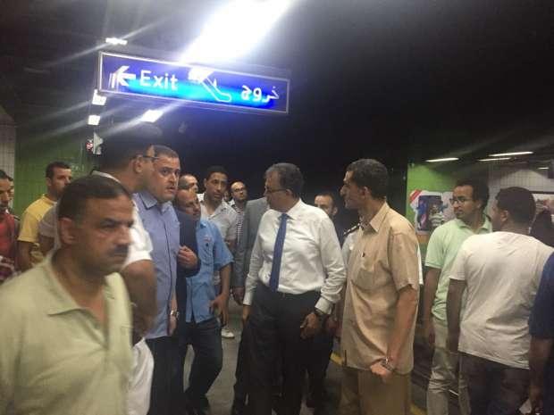 بالصور| وزير النقل يشرح خطة تطوير المترو للركاب في جولة تفقدية