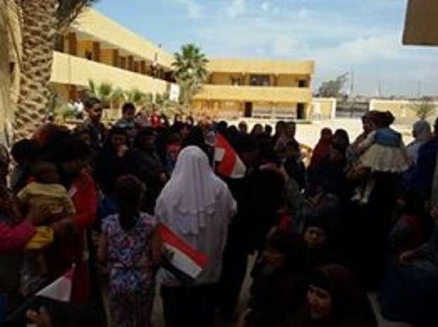 بالصور| السيدات يقبلن بكثافة على اللجنة 38 ببندر طامية بالفيوم للتصويت