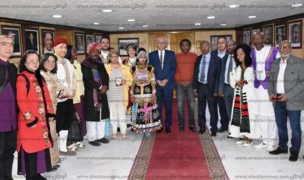 بالصور| حجازي يلتقي فرق الفنون الشعبية المشاركة في مهرجان أسوان الدولي