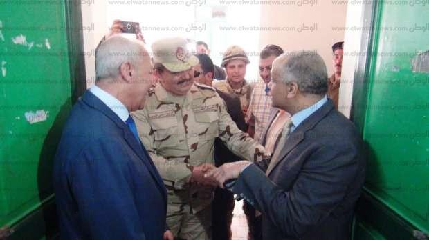 قائد الدفاع الجوي يتفقد لجان الانتخابات بأسوان: رجالنا جاهزون لأي مهام