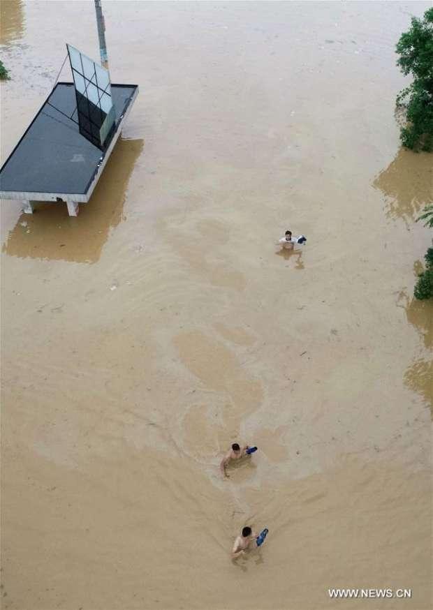فيديو وصور  الفيضانات والأمطار تتسبب في مقتل وتشريد الآلاف في الصين