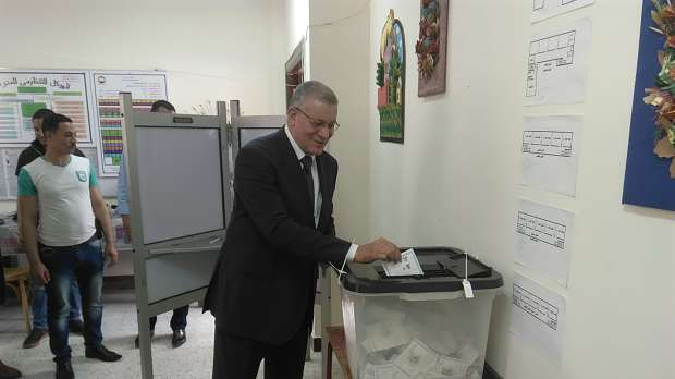 رئيس محكمة البحر الأحمر يدلي بصوته في الانتخابات بالغردقة