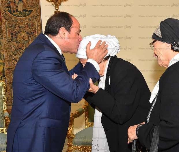 """17 صورة ترصد استقبال السيسي لسيدتين تبرعتا لـ""""تحيا مصر"""""""