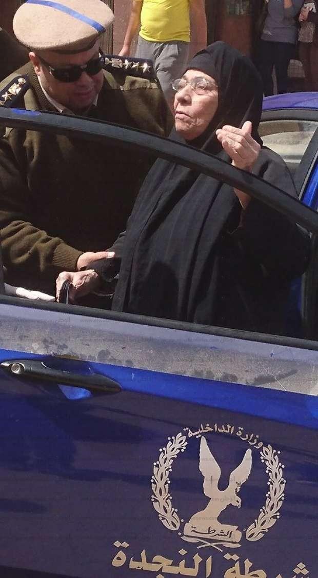 بالصور| سيارة شرطة تحضر سيدة للجنتها الانتخابية بالشرقية