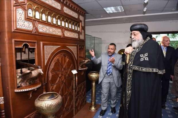 بالصور  البابا تواضروس يزور مركز التراث الحضاري