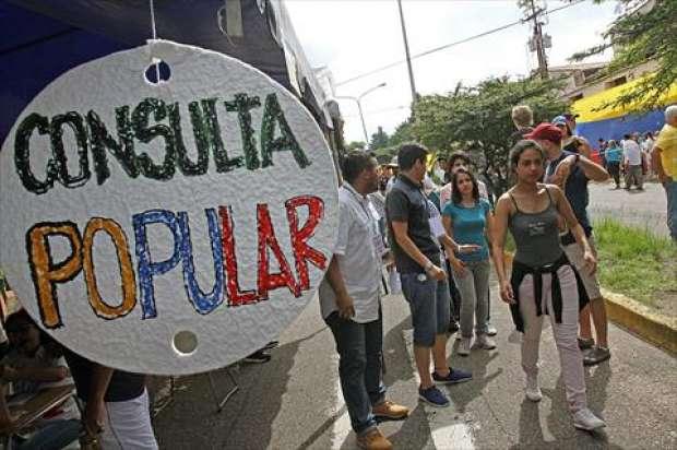 مشاركة كثيفة في الاستفتاء ضد الرئيس الفنزويلي مادورو