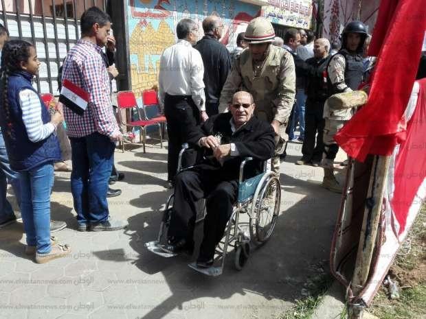 بالصور| جنود الجيش والشرطة بانتخابات الرئاسة: إيد بتساعد.. وسلاح بيحمي