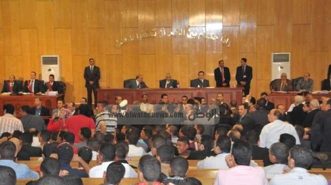 قاضي محاكمة مبارك ينفعل على المصورين