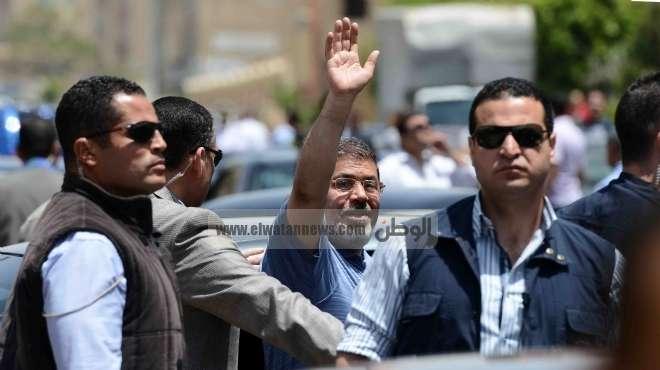 مرسي ينزل من سيارته لتوجيه التحية للمواطنين عقب المؤتمر الوطني