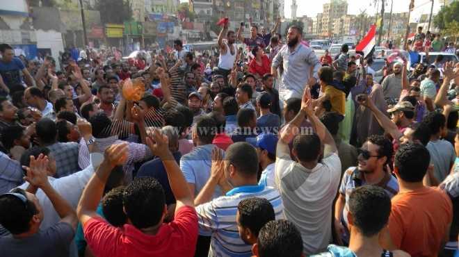 تظاهر عمال أحياء السويس الخمسة أمام ديوان المحافظة