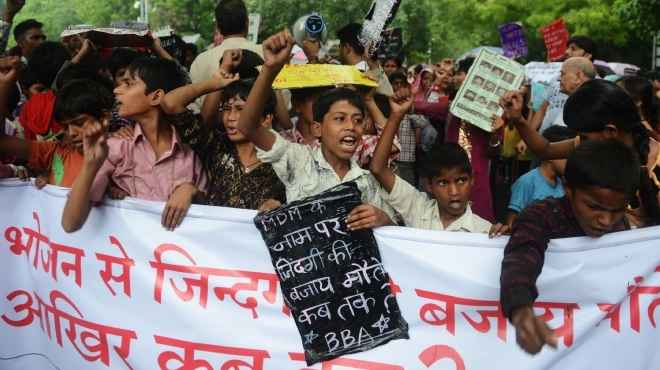 بالصور| أطفال الهند يتظاهرون ضد الحكومة بعد وفاة 23 طفلا بالتسمم