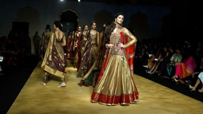 بالصور  سونام كابور ونرجس فخري يشاركان في عرض أزياء أشيما ولينا