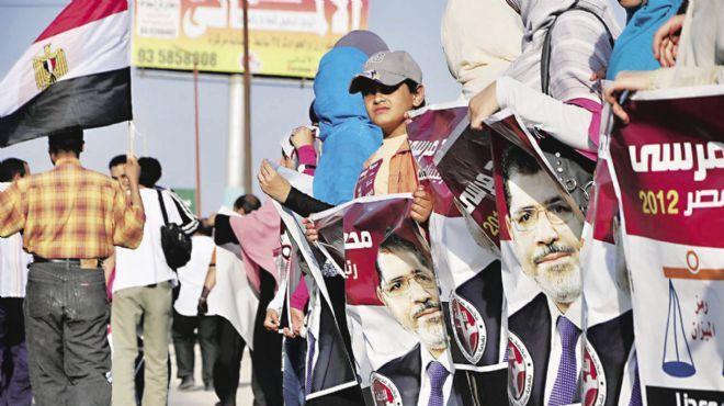 الإخوان بالغردقة يستقبلون السياح الأجانب بالورود ابتهاجا بفوز مرسي