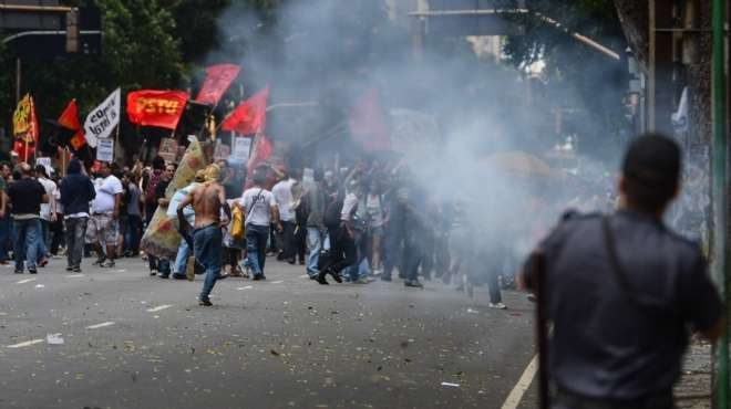 اشتباكات بين الأمن ومتظاهرين بالبرازيل لبيع حق التنقيب عن البترول لشركة أجنبية