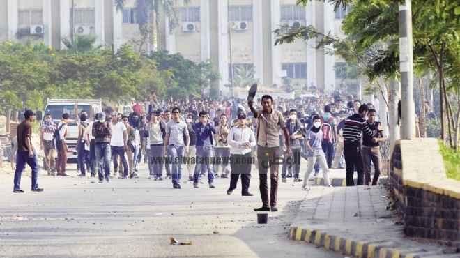 طلاب «الأزهر» يهاجمون الشرطة.. وقوات الأمن تنسحب إلى خارج الحرم الجامعى