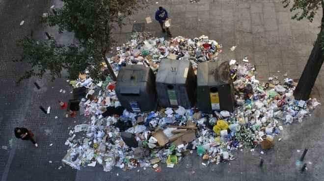 انتشار تلال القمامة في شوارع كفر الشيخ بعد إضراب عمال النظافة عن العمل