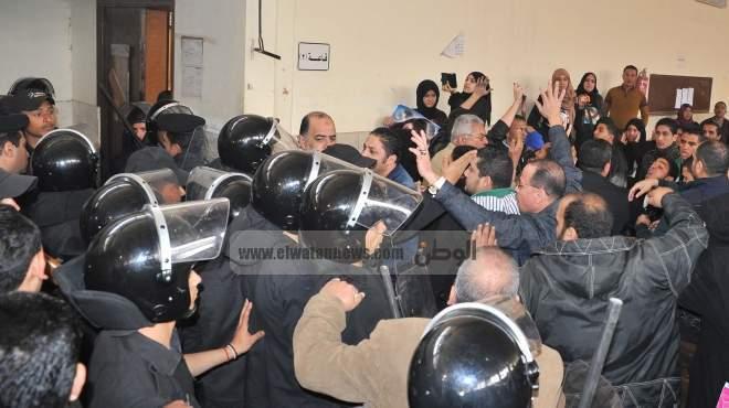 تشابك بالأيدي بين ناشط متهم ومجند شرطة داخل قاعة محكمة مستأنف الإسكندرية