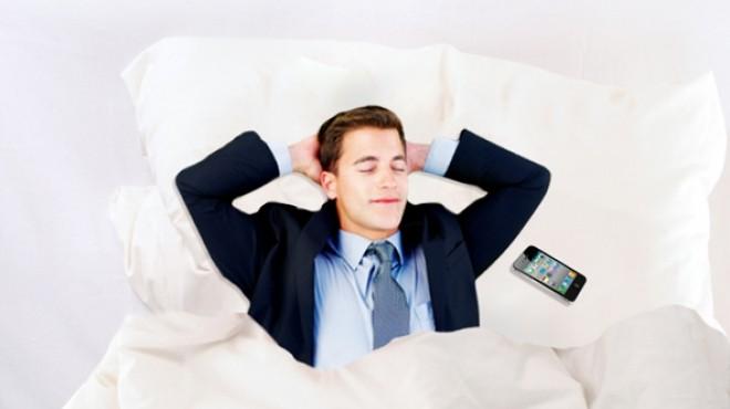 استخدام الهواتف الذكية ليلا لمتابعة العمل يسبب الأرق والإرهاق