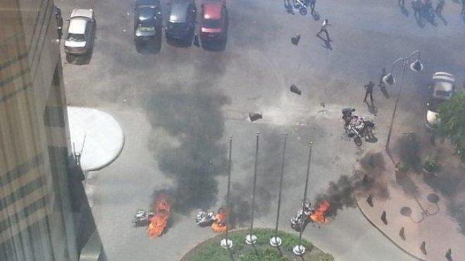 حرق 10 سيارات وتجدد عمليات الكر والفر أمام