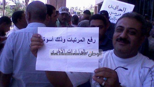 عمال أحياء السويس الخمسة أمام ديوان المحافظة