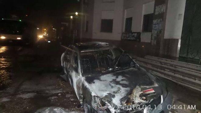 مجهولون يشعلون النيران في سيارة أمام أحد البنوك في المحلة الكبري
