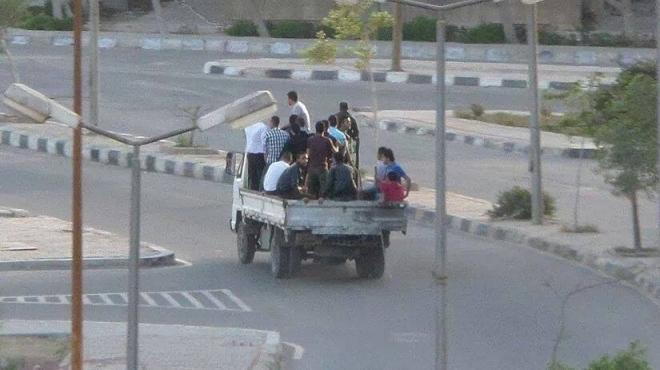 عربة نقل داخل الحرم الجامعى.. والحمولة «طوب وإخوان»