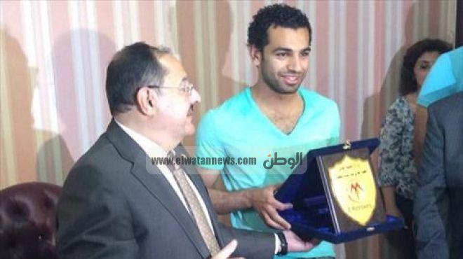 بالصور | محمد صلاح ينهي اجراءات انتقاله لمعهد جديد