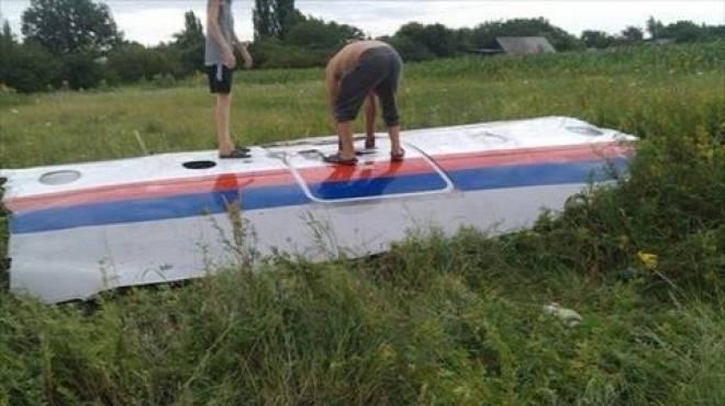 نقل مزيد من جثث الضحايا جوا من موقع الطائرة الماليزية المحطمة في أوكرانيا