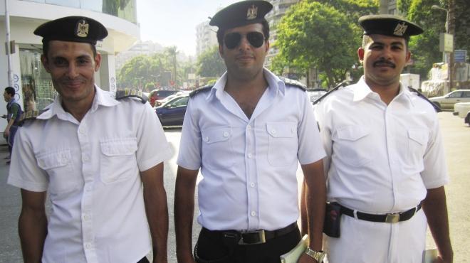 «شرطى المرور».. إشارة العيد لونها أخضر