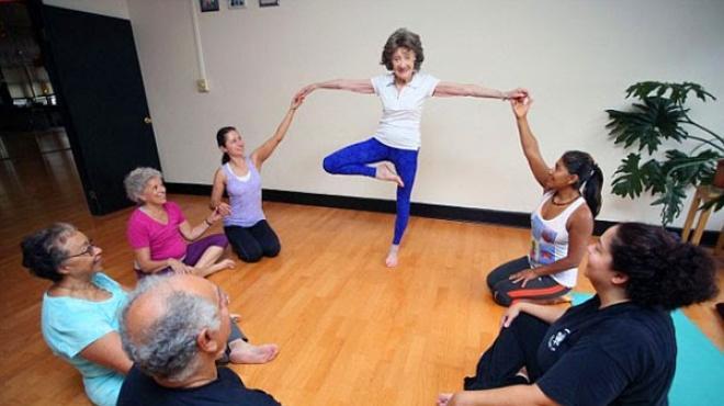 بالصور| أمريكية عمرها 96 عاما تعلم الشباب رياضة اليوجا