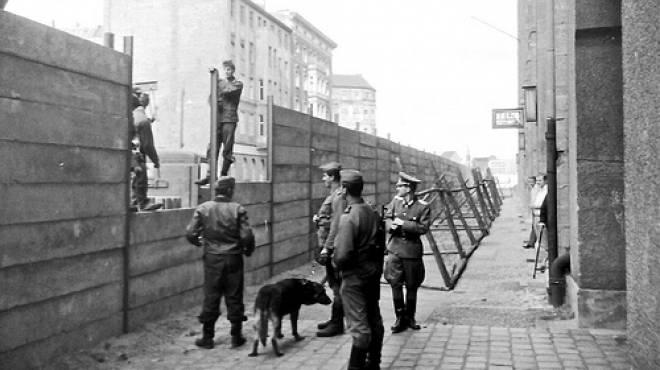 الألمان رحلة عذاب من التوحد عقب سقوط جدار برلين