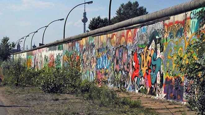 ألمانيا تسمح للسياح بالرسم على جدار برلين