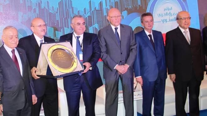 «الاتحاد» يكرم محافظ البنك المركزى المصرى فى مؤتمره السنوى ببيروت